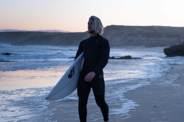 Timothée Bisso portant une combinaison de surf 5/4mm Wildsuits Europe